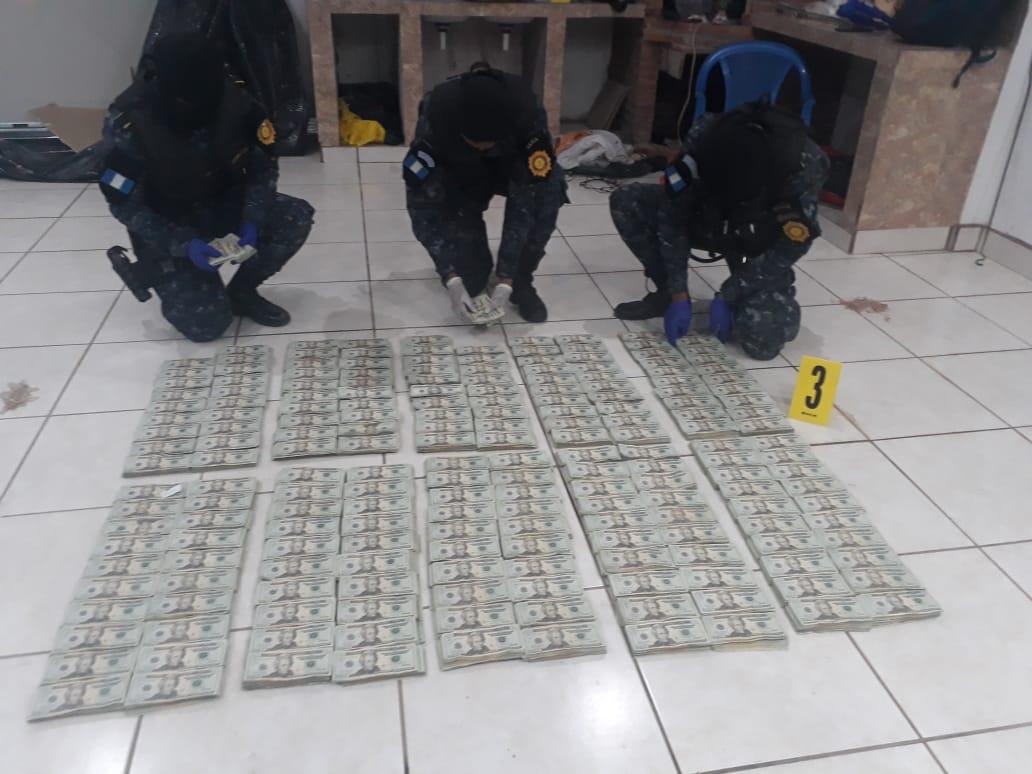 Investigadores cuentan el dinero decomisado en Catarina, San Marcos. (Foto Prensa Libre: @MPguatemala).