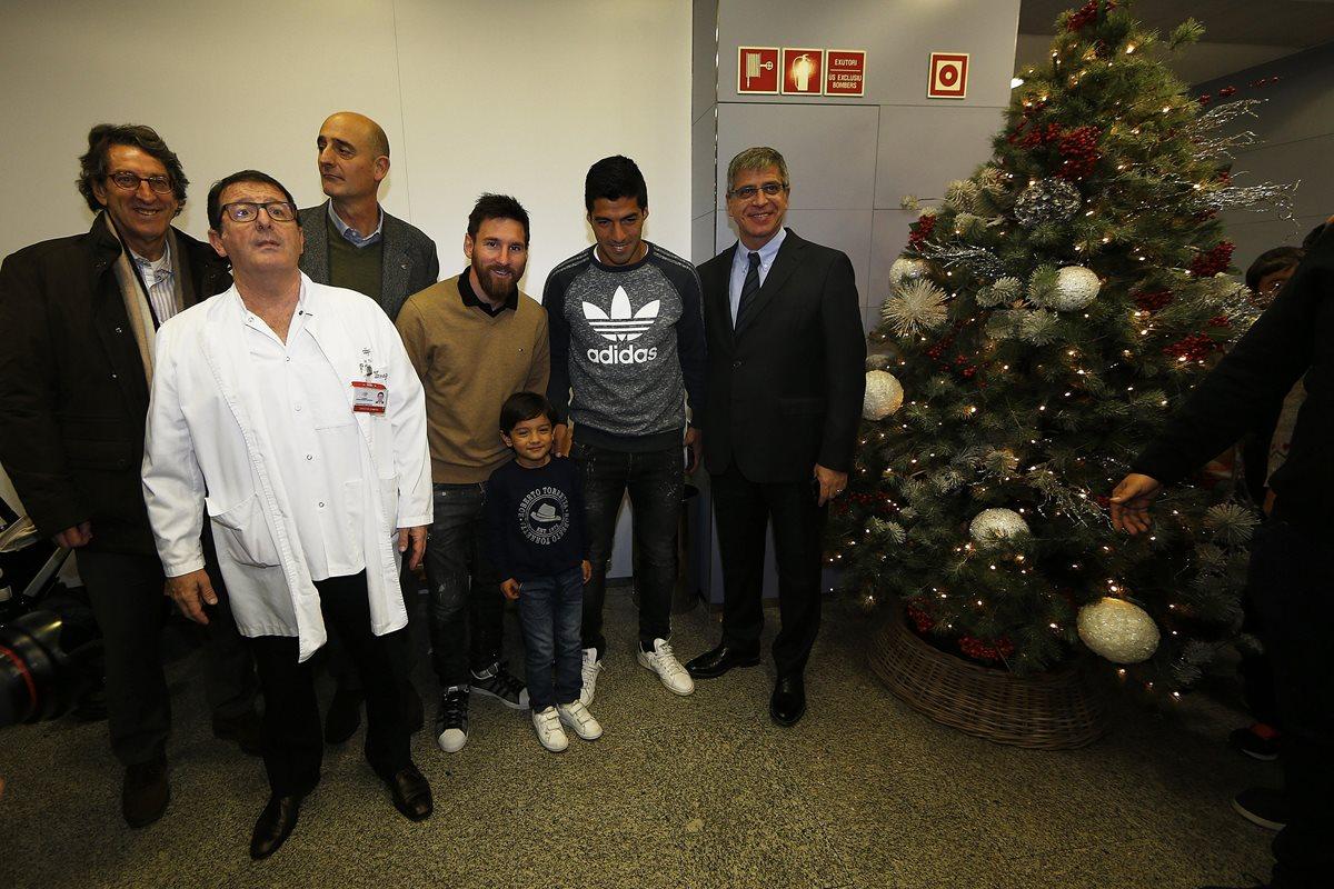 Jugadores, técnicos y directivos del Barsa entregan regalos a niños enfermos