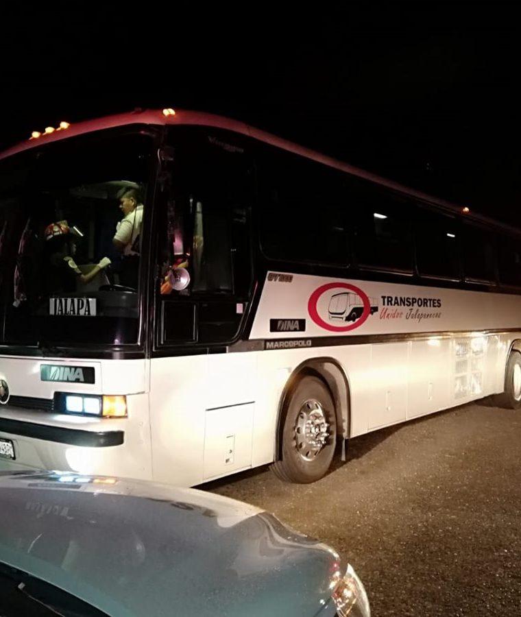 Unidad de los Transportes Unidos Jalapanecos en la que se registró el asalto este lunes. (Foto Prensa Libre: Mario Morales).