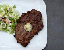 Un filete de carne, con mantequilla y una pequeña ensalada es un plato ideal de la dieta catogénica.ISTOCK