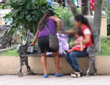 Cada vez más niñas han tenido que hacer el papel de madres a una corta edad. (Foto Prensa Libre: Mario Morales)