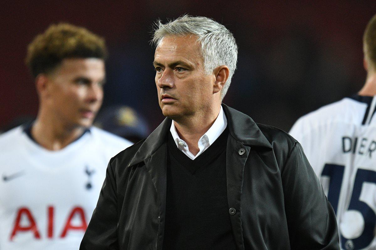 José Mourinho luce desolado al finalizar el partido en el que su equipo, el Manchester United, perdió 3-0 contra el Tottenham. (Foto Prensa Libre: AFP)