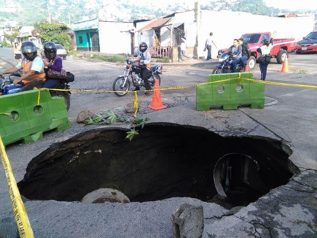 Colapso de colector destruye calle en Villa Nueva
