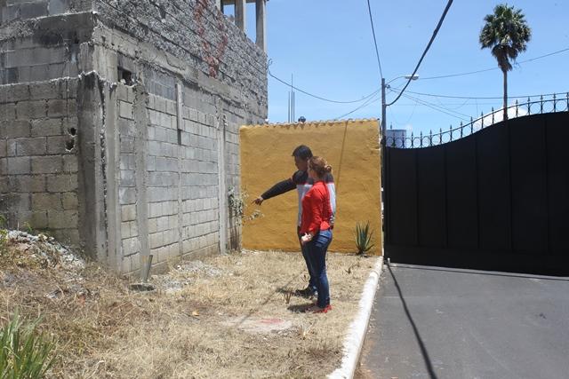 Isabel Parada, acompañada de Eliú Ruiz, es una de las afectadas. Frente a su propiedad fue levantada una pared de la residencial 21 Avenida, Pinares, San Cristóbal, zona 8 de Mixco. (Foto Prensa Libre: Oscar Felipe Q.)
