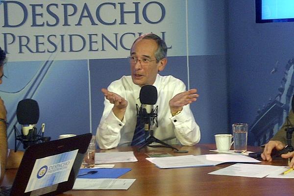 Presidente Colom oficializó el salario mínimo de 2012 en su programa radial. (Foto Prensa Libre: Erick Avila)
