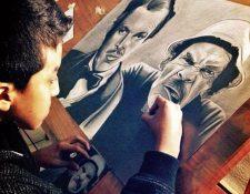 Alejandro Requena, en Jalapa, trabaja en un dibujo a lápiz, en el cual retrata a Don Ramón. (Foto Prensa Libre: Cortesía)
