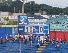 Los pocos aficionados de Suchitepéquez, en el Carlos Salazar Hijo, disfrutaron de la goleada de su equipo. (Foto Prensa Libre: La Red)