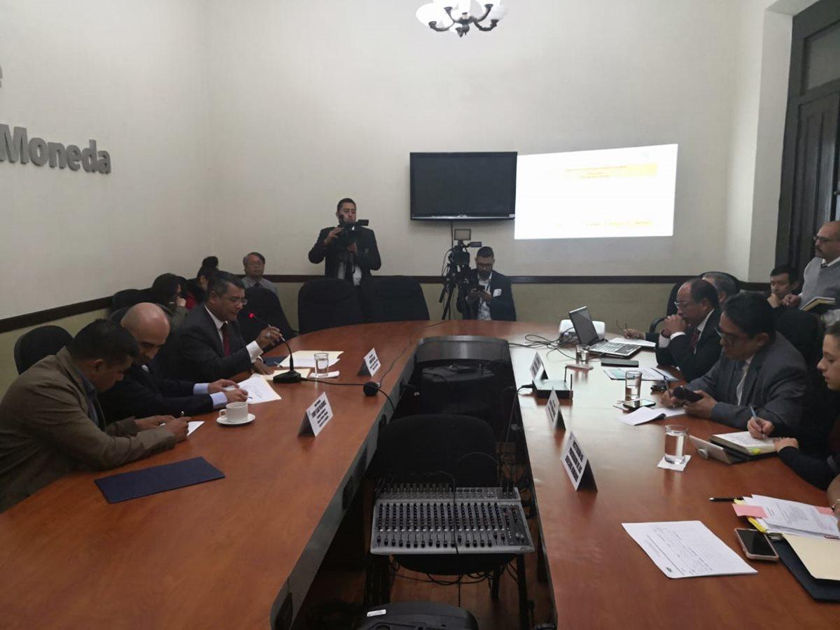 El procurador de los Derechos Humanos Jordán Rodas, solicitó a los miembros de la Comisión de Finanzas un aumento en el presupueto del próximo año. (Foto Prensa Libre: Carlos Álvarez)