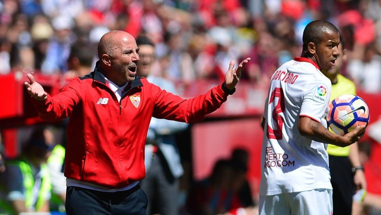 Jorge Sampaoli es el centro de atención del juego del miércoles entre Barcelona y Sevilla. (Foto Prensa Libre: AFP)