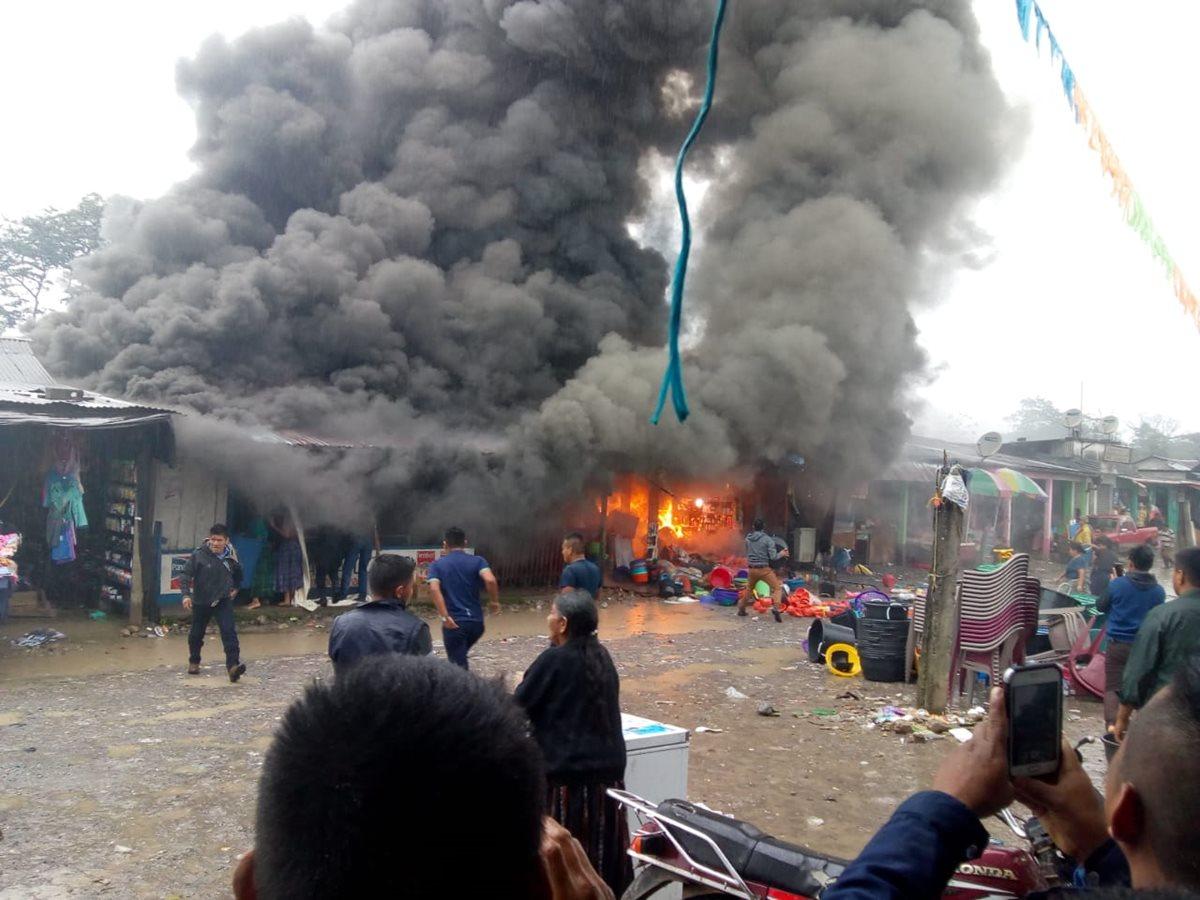 Vecinos y comerciantes tratan de apagar el incendio en el mercado de Lancetillo, Uspantan, Quiché, (Foto: Yésica Tol).