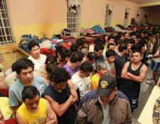 El hacinamiento en las cárceles llega al extremo de que se violan los derechos humanos de muchos reos. (Foto Prensa Libre: Hemeroteca PL)