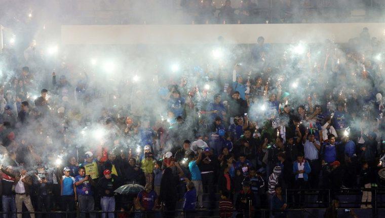 Los aficionados del Cobán Imperial esperan llenar hoy los graderíos del estadio Verapaz para poder observar a su equipo contra Guastatoya. (Foto Prensa Libre: Eduardo Sam Chun)