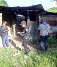 Agentes de la PNC resguardan una vivienda donde ocurrió un ataque armado, en Jalapa. (Foto Prensa Libre: Hugo Oliva)