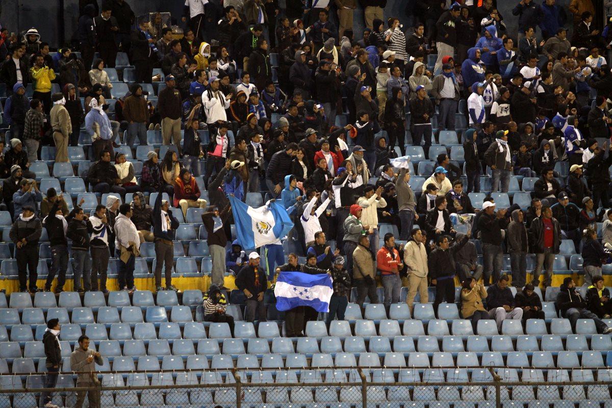Pocos aficionados se vieron en las gradas del Mateo Flores. (Foto Prensa Libre: Jesús Cuque)