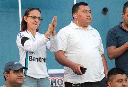 Aficionados cremas presencian el duelo contra Antigua GFC en el estadio Doroteo Guamuch Flores. (Foto Prensa Libre: Norvin Mendoza).
