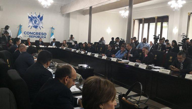 Los jefes de bloques del Congreso escuchan la intervención de la fiscal general Consuelo Porras. (Foto Prensa Libre: Carlos Álvarez)