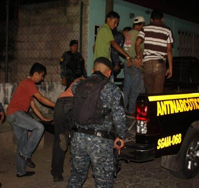 Varios capturados durante cateos antinarcóticos en la zona 3 de Zacapa. (Foto Prensa Libre: PNC)