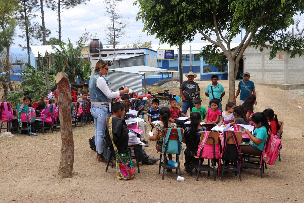 Niños de Portezuelo reciben clases en patios de casas porque escuela aún no ha sido reparada