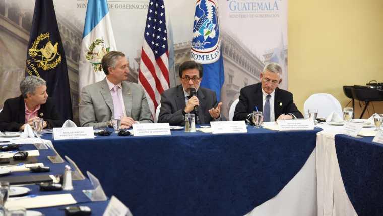 El ministro de Gobernación Enrique Degenhart se reunión con el subsecretario adjunto de Seguridad Nacional. (Foto Prensa Libre: Embajada EE. UU.)