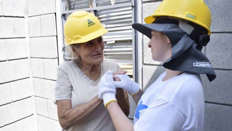 Florencia Ortega será beneficiada con la construcción de una vivienda formal, en la imagen se encuentra con una de las voluntarias de la Fundación Techo. (Foto Prensa Libre: Cortesía Techo)