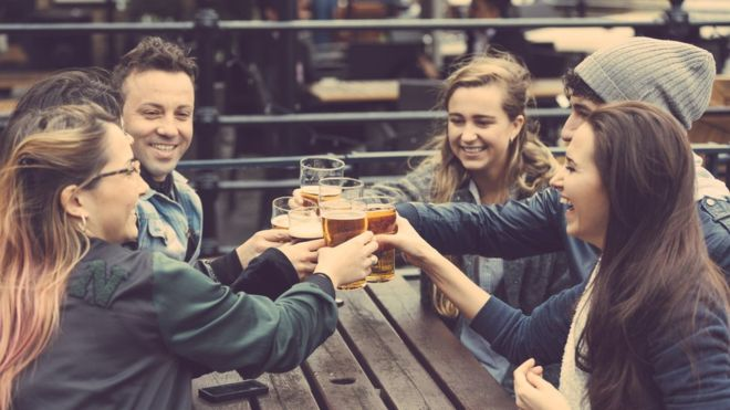 Por qué cuando bebemos alcohol nos resulta más fácil hablar un segundo idioma