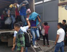 Migrantes hondureños llegan a la Casa del Migrante, en la zona 1 capitalina. (Foto Prensa Libre: Erick Ávila)
