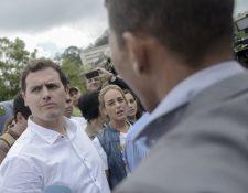 El líder del partido español Ciudadanos, Albert Rivera, (de blanco) estuvo en Caracas 48 horas. (Foto Prensa Libre: AFP).
