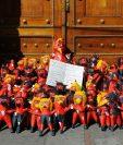 Colocan piñatas de diablo en una de las puertas del Congreso para manifestar la inconformidad por las supuestas negociaciones para elegir a la nueva junta directiva. (Foto Prensa Libre: Álvaro Interiano)