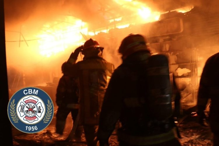 Los cuerpos de socorro trabajaron por varias horas para que el incendio no se propagara a otros locales.