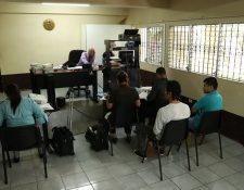 Los presuntos integrantes de la banda criminal durante la audiencia de primera declaración, la cual continuará el próximo 2 de noviembre. (Foto Prensa Libre: Enrique Paredes)