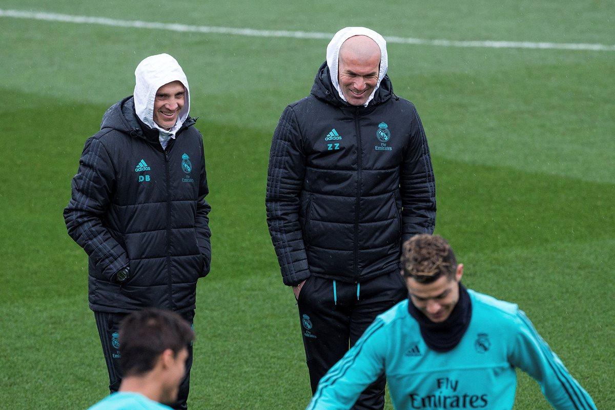 Zinedine Zidane, junto al segundo entrenador, David Bettoni observan el entrenamiento del Real Madrid en la Ciudad Deportiva de Valdebebas. (Foto Prensa Libre: EFE)