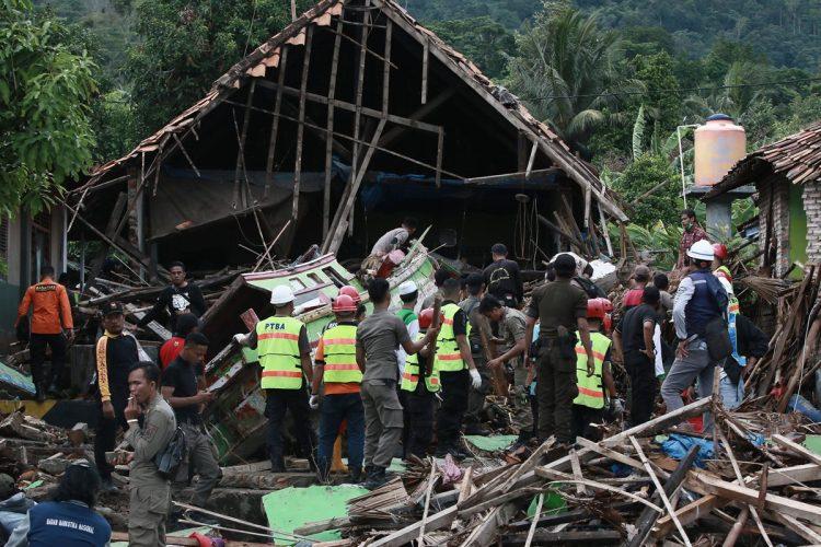 Rescatistas buscan sobrevivientes en el sur de  Sumatra, después del paso del  tsunami.