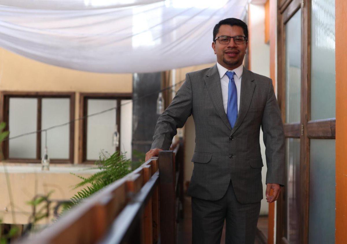 César Elías es uno de las seis que integra la lista de profesionales para dirigir la Contraloría General de Cuentas. Explicó sus proyectos de ser electo Contralor. (Foto Prensa Libre: Carlos Hernández Ovalle)