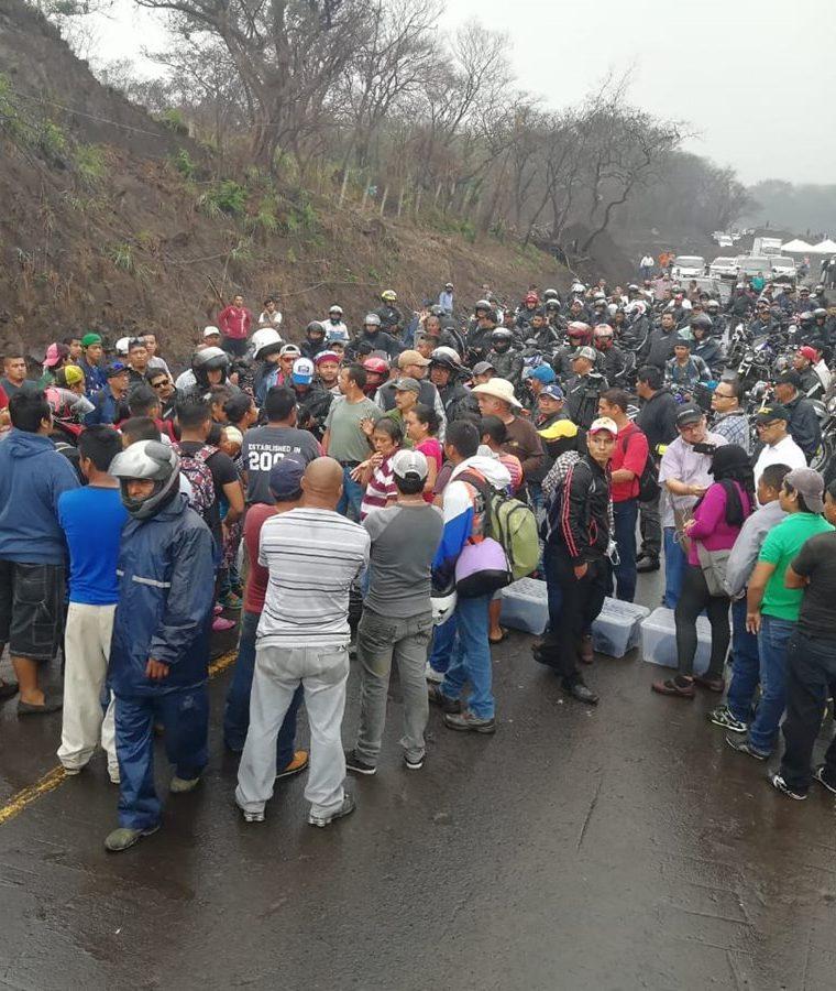 Motoristas intentaron pasar por la RN14, en Escuintla, pero vecinos lo impidieron. (Foto Prensa Libre: Carlos Enrique Paredes)