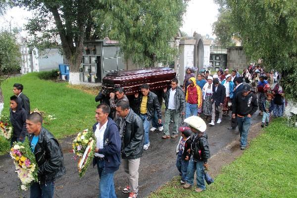 Familiares y amigos ingresan en el cementerio general de Xela el féretro con los restos de Gustavo Antonio Chaj, quien falleció de neumonía. (Foto Prensa Libre: Carlos Ventura)