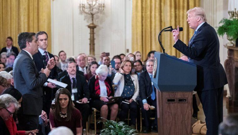 Imagen del momento de tensión entre periodista de CNN y Donald Trump a principios de noviembre. (Foto Prensa Libre: EFE)