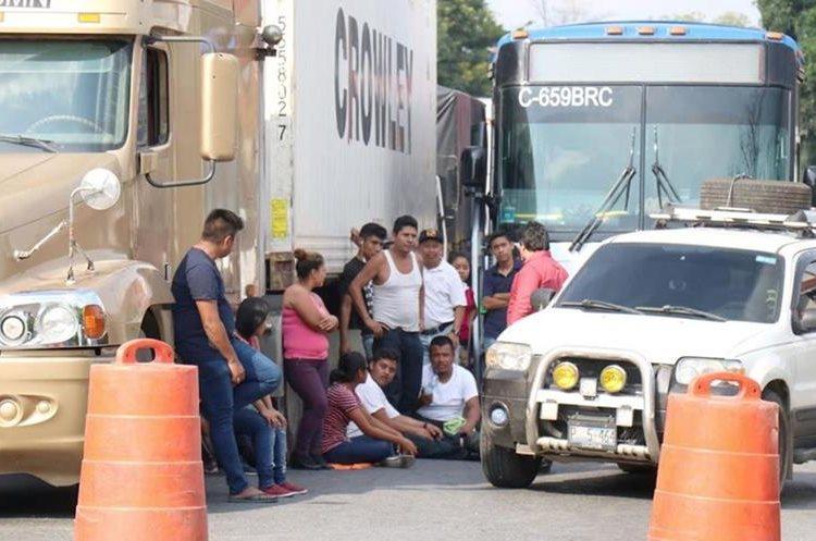 Los bloqueos de rutas por los cortes de energía eléctrica han generado pérdidas al comercio y viajeros. (Foto Prensa Libre: Hemeroteca PL).