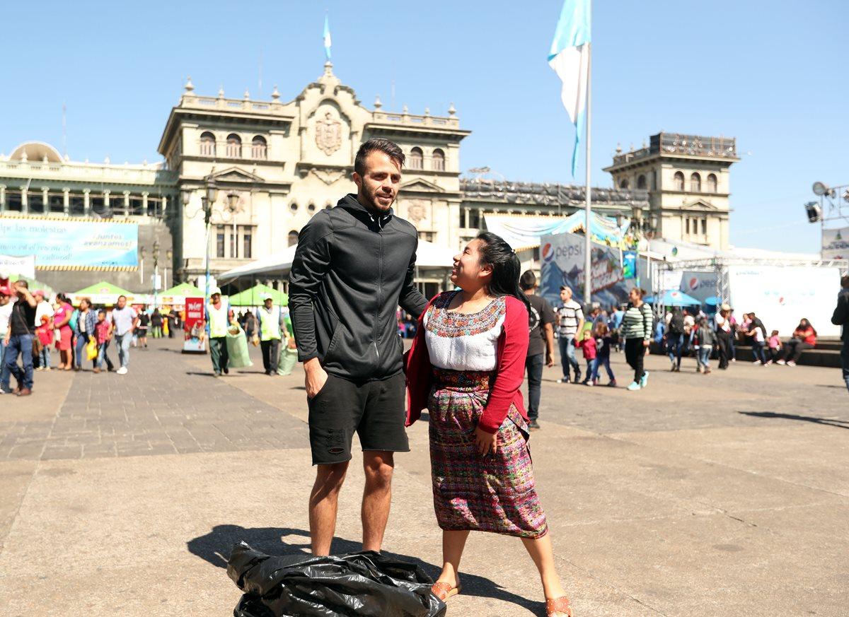 Rodrigo Saravia pasó un buen momento frente al Palacio Nacional de la Cultura. (Foto Prensa Libre: Jeniffer Gómez)