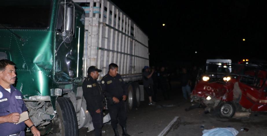 Al menos durante media hora trabajaron socorristas, para poder liberar a los heridos y a la mujer que murió en el accidente. (Foto Prensa Libre: Víctor Chamalé)