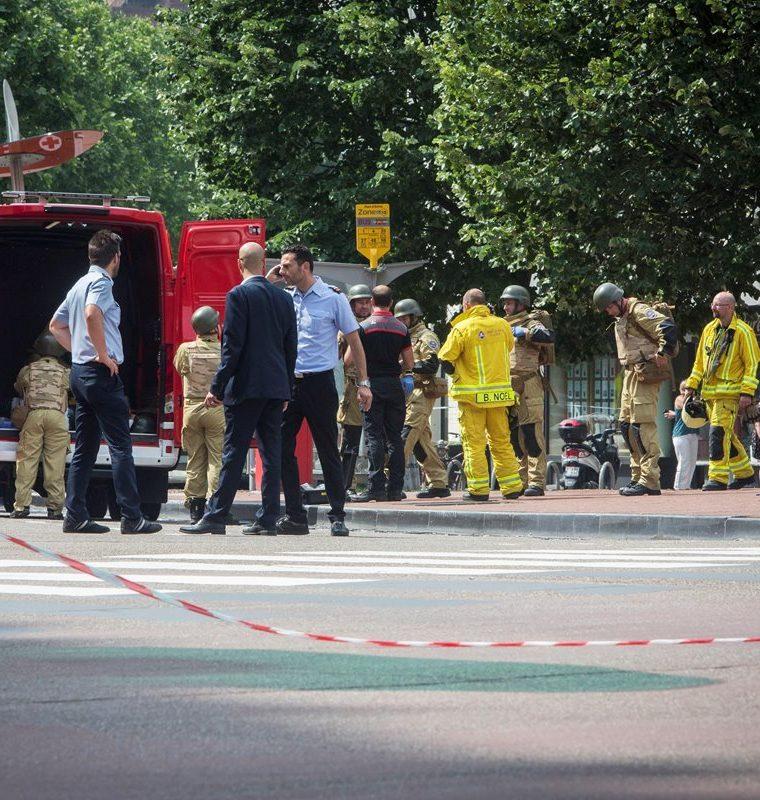 Artificieros permanecen en la escena de la balacera en Lieja, Bélgica. (EFE).