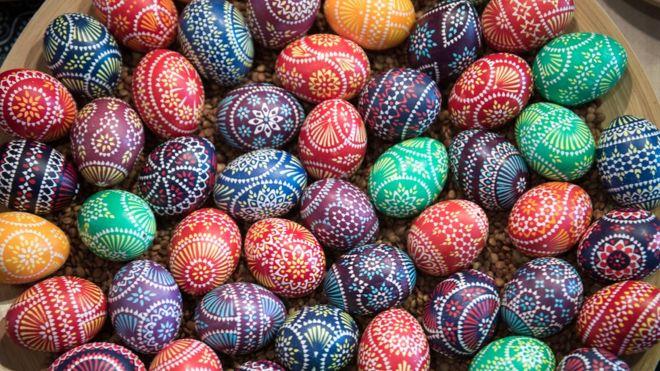 Los huevos representan la vida y el renacimiento, y la tradición de decorarlos se remonta a la Edad Media. (Foto Prensa Libre: Getty Images)