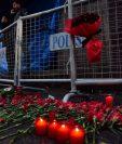 En las afueras del club donde sucedió el atentado las personas rinden homenaje a las víctimas. (Foto Prensa Libre: AFP)