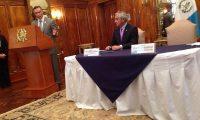 El Presidente del IGSS Juan de Dios Rodríguez y el Presidente de la República, Otto Pérez Molina, firmaron este jueves un convenio para agilizar el pago de la deuda del Estado al Seguro Social. (Foto, Prensa Libre: cortesía)