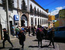 Agentes de la Policia que participaron en la requisa salen del preventivo para varones de Quetzaltenango. (Foto Prensa Libre: Mynor Toc)