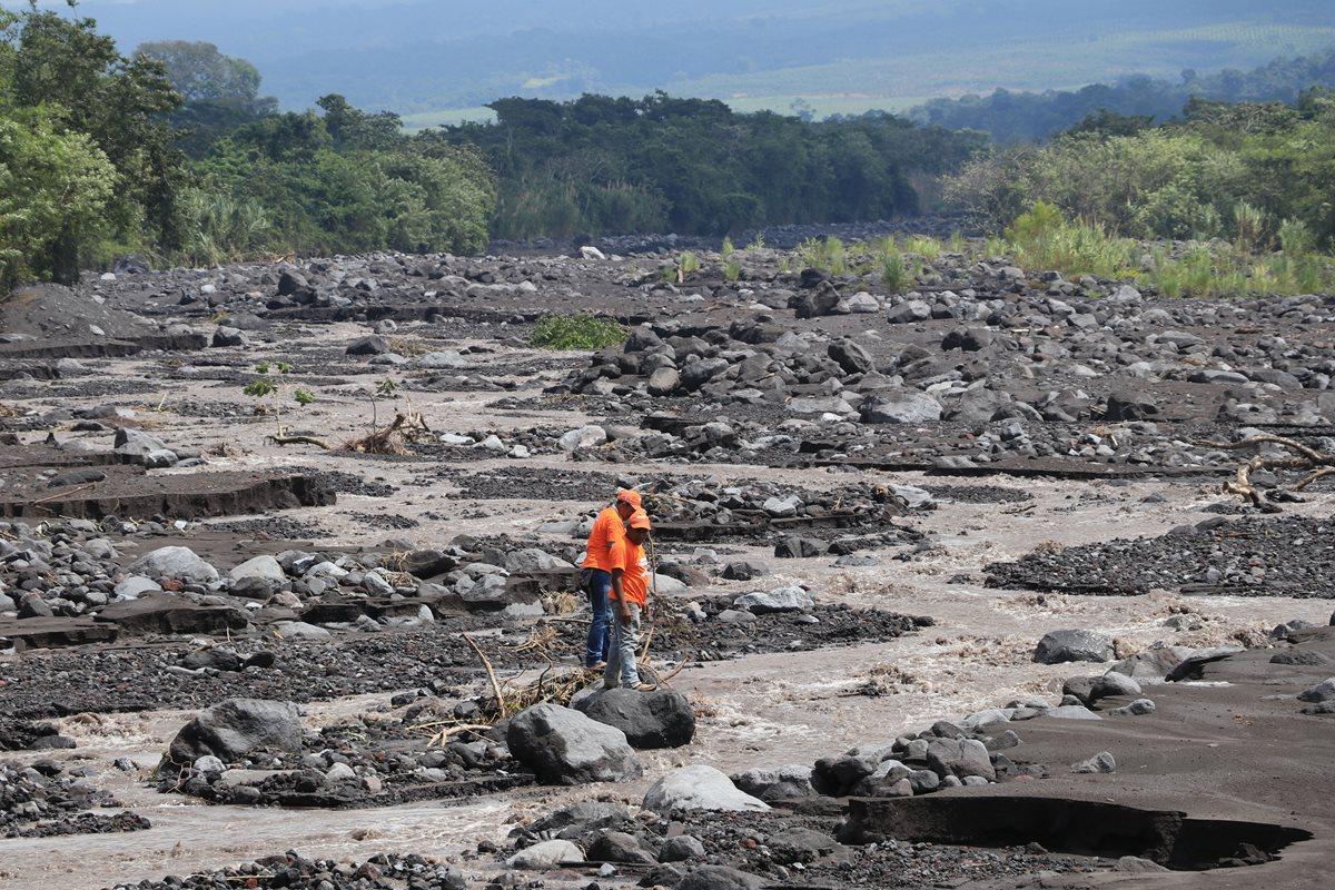 Pobladores de la colonia Las Palmas están alarmados por el descenso de lahares. (Foto Prensa Libre: Carlos Paredes)