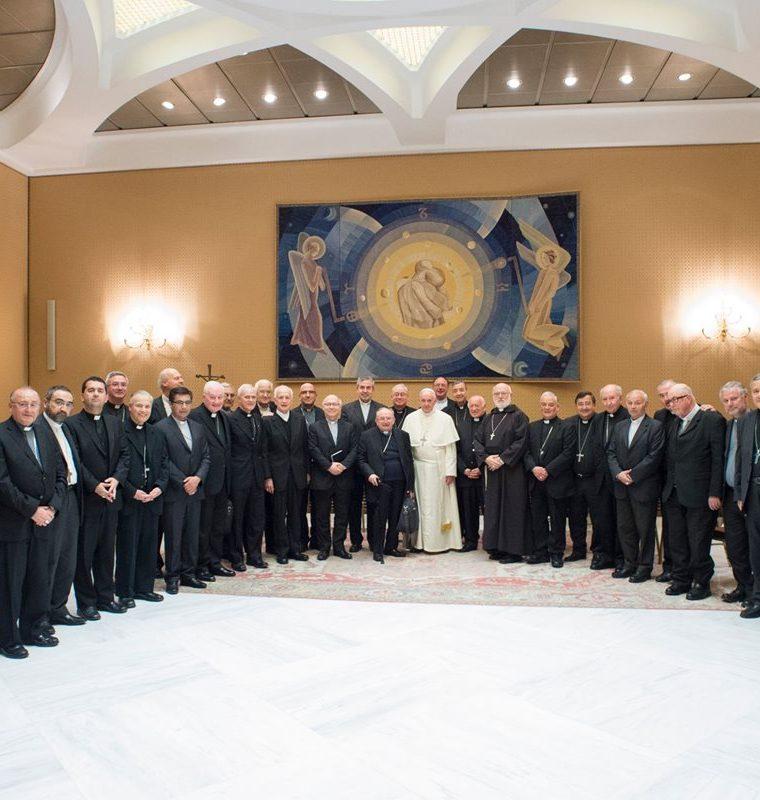 Imagen de los obispos chilenos reunidos con el papa Francisco en el Vaticano. (Foto Prensa Libre: AFP)