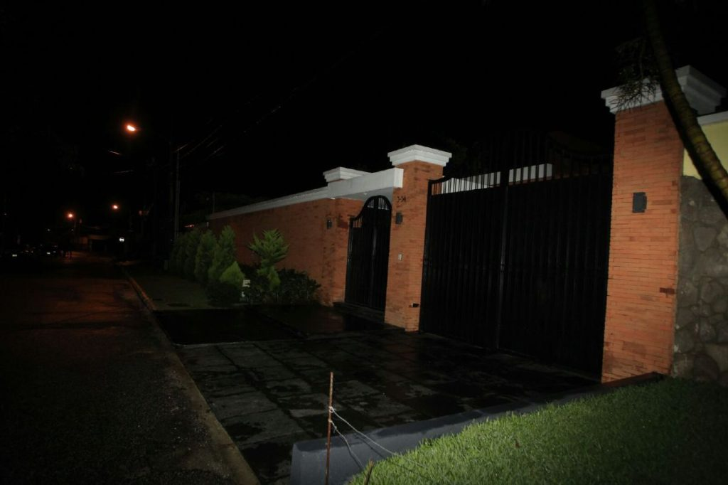 Así lucía la casa del presidente Otto Pérez Molina por la madrugada.