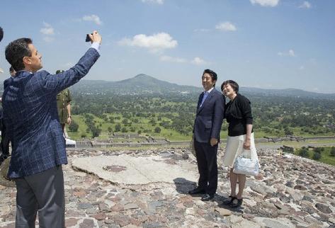 El presidente , Enrique Peña Nieto  toma una fotografía al primer ministro de Japón, Shinzo Abe, con su esposa, Akie Abe, durante su visita el sábado último sábado a la zona arqueológica de Teotihuacán, en el Estado de México. (Foto Prensa Libre: EFE).