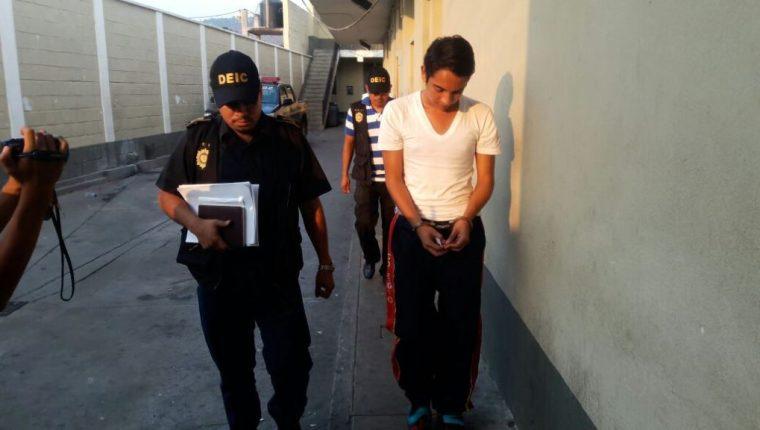 Dany Alarcón es capturado en un colegio de Jalapa, sindicado de violación con agravación de la pena. (Foto Prensa Libre: Hugo Oliva)