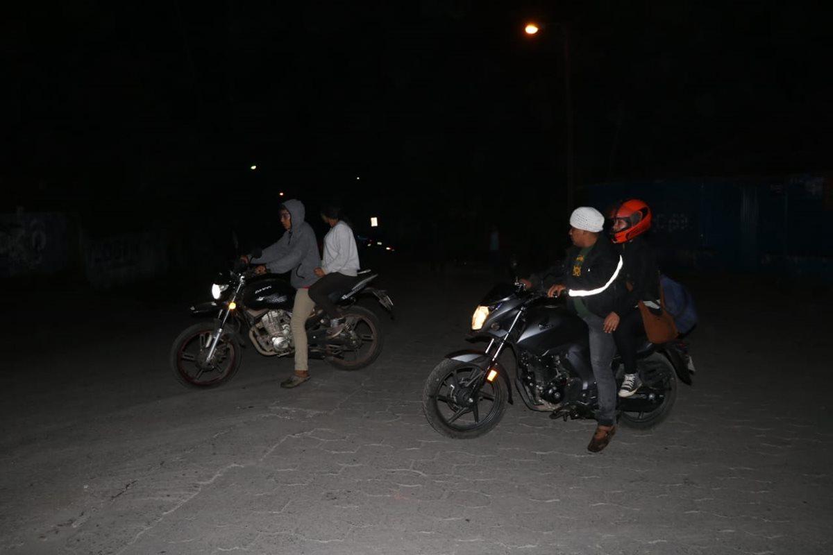 Residentes evacúan en sus motocicletas.